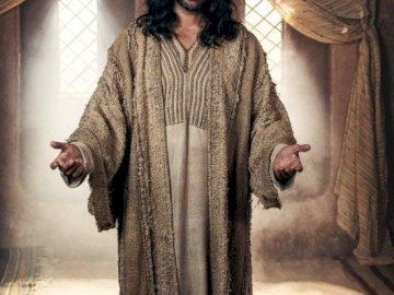 Jesus resu - fdsfsdfdfqsdfsdfsdgdghgfh. Juan Pablo Di Pace standing in front of a curtain.