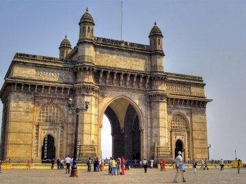 Edificios de la India 7 - Edificios de la India 7-758014. A group of people walking in front of a church with Gateway of India