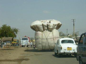Straßen in Indien - Straßen in Indien. Ein LKW steht an der Seite eines Gebäudes.