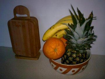fruta en un tazón - fruta en un tazón en el mostrador de la cocina. Un tazón de fruta sentado en una mesa.