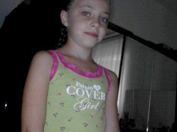 fotoricordobe - una bella foto per ricordare una bella bambina bellissima. Una giovane ragazza in piedi in una stanz