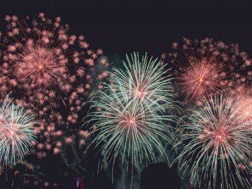 Gehen Sie für die Bronze - Feuerwerk in der Luft. Philippinen. Feuerwerk am Himmel.