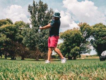 Najlepsze ujęcie przez cały dzień - Mężczyzna gra w golfa. Dubuque, IA. Mężczyzna rzucający frisbee w parku.