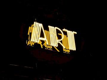 Néon, art - Photographie minimaliste de la signalisation lumineuse au néon de l'art jaune. Un gros plan