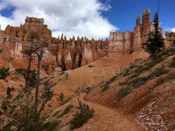 CAÑON DE BRYCE - Viaje de 3 semanas a los EE. UU. 2018. Un cañón con Bryce Canyon National Park en el fondo.