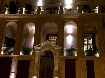 Kamienica - Pięknie oświetlona kamienica. Widok wnętrza budynku.