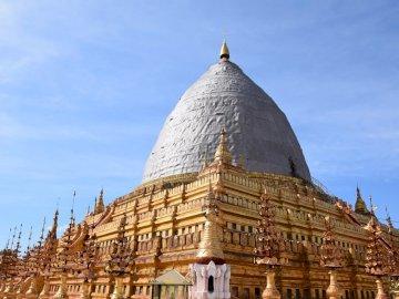 Stupa nach dem Erdbeben in Bagan - Stupa nach dem Erdbeben in Bagan. Ein großer Glockenturm vor einem Gebäude.