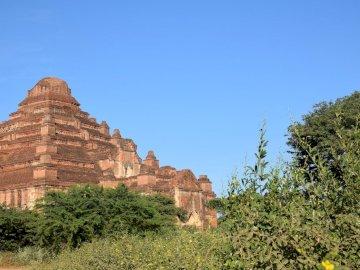 Stupa in Bagan nach dem Erdbeben - Stupa in Bagan nach dem Erdbeben. Ein großes Backsteingebäude.