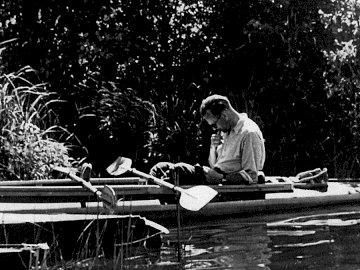Karol Wojtyła na kajakach - Ułóż puzzle. Mężczyzna siedzący na łodzi.