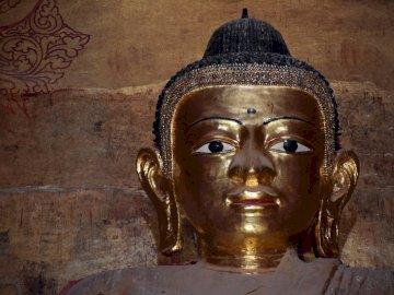 der typische Buddha in Myanmar - der typische Buddha in Myanmar. Eine Nahaufnahme einer Statue.