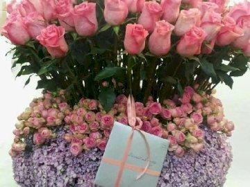 Bukiet róż. - Bukiet różowych róż z bilecikiem. Grupa różowych kwiatów.