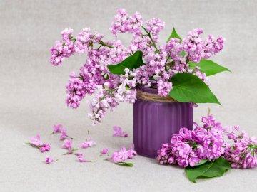 Kwiaty dla mamy - Ułóż puzzle- Kwiaty dla mamy:-)  Powodzenia. Wazon wypełniony fioletowymi kwiatami.