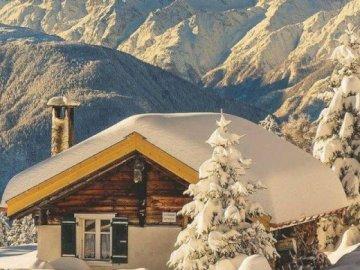 L'hiver à la montagne. - Puzzle. Paysage. L'hiver à la montagne. Une montagne couverte de neige.