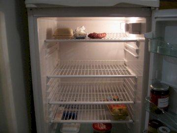 VACÍO EN EL REFRIGERADOR - El refrigerador del que se comió la mayor parte de la comida. Un refrigerador abierto lleno de comi