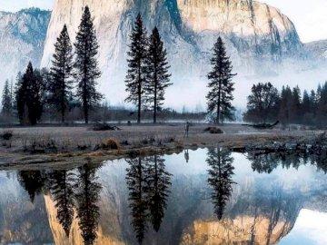 Lake aond MOuntain - Jezioro lustrzane i pół kopuła w Yosemite. Jezioro z górą w śniegu.