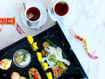 Pausa tè in vietnamita Tet - Cucinare cibo. Nha Trang. Un piatto di cibo su un tavolo.