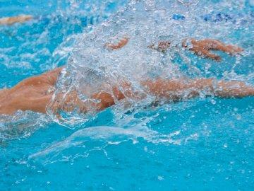 Pływak, pływanie, woda, plusk, - Osoba w wodzie w ciągu dnia. Osoba pływająca w wodzie.