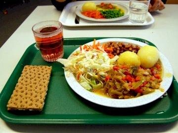 delizioso cibo gnam gnam - delizioso cibo gnam gnam. Un piatto di cibo su un tavolo.