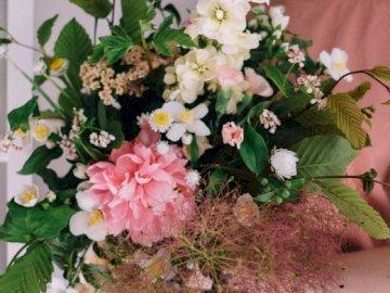 Ein Blumenstrauß von einem Floristen - Frühlingsblumen Zusammensetzung. Ein Blumenstrauß in einer Vase auf einem Tisch.