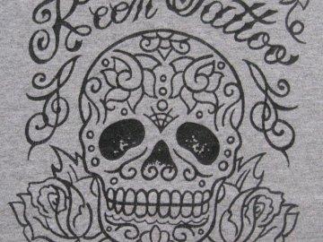 TATOUAGE AVEC CRÂNE - Conception de tatouage de crâne. Un gros plan d'un logo.
