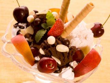 Helado dulce :) - Helado para que tengas hambre :). Un pedazo de pastel y helado en un plato.