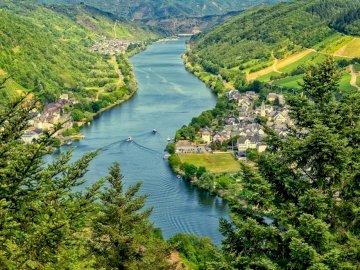 River - nature - Poland - Układanka rzeki do zajęć wczesnoszkolnych. A close up of a hillside next to a body of water.