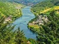 Rzeka - przyroda - Polska - Układanka rzeki do zajęć wczesnoszkolnych. Eine Nahaufnahme eines Hügels neben einem Gewässer.