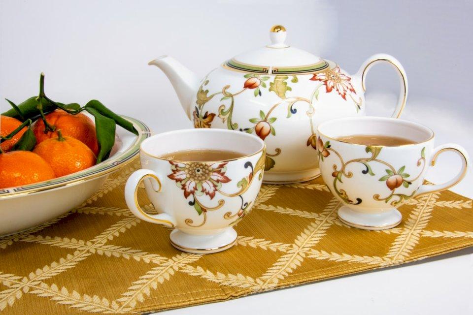 Thé pour deux avec porcelaine fine - Tasses blanches et multicolores remplies de thé à côté des fruits. Silicon Valley. Une tasse de café sur une table (10×10)