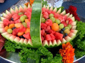 Cesta de sandía - Cesta decorativa de sandia. Un plato de ensalada de frutas.