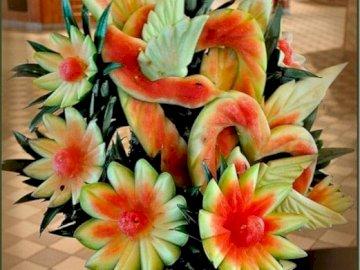 Ramo de sandía - Un hermoso ramo tallado en sandía. Un ramo de flores en un jarrón sobre una mesa.