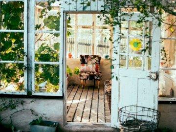 WIEJSKI DOMEK - wejście do domku - ganek  ================. Kot siedzi na ławce obok okna.