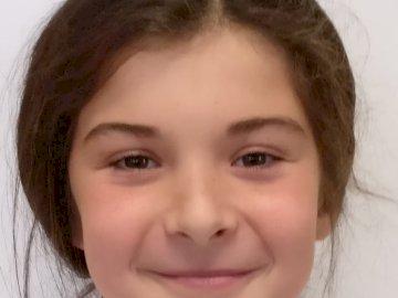 Zaawansowane firmy wyszukiwania - Nie możesz robić zajęć. Młoda dziewczyna w białej koszuli i uśmiechając się do kamery.