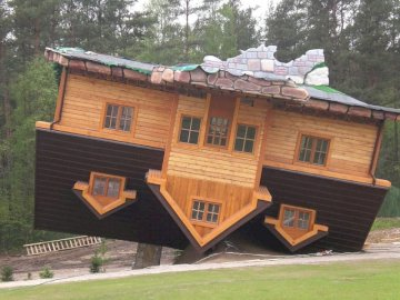 Upside down cottage - usyhf7h8jwg8ha8sc8hw8egu9w \ MI8 \ su8ubameh. The roof of a house.