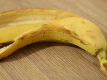 RECYKLING - PUZZLE, PROJEKT ZIELONYCH SZKÓŁ. Banan siedzący na drewnianym stole.