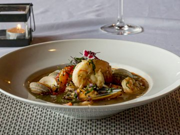 Aperitivo de mariscos - Plato de comida en la superficie marrón. Estados Unidos. Un plato de comida en una mesa.