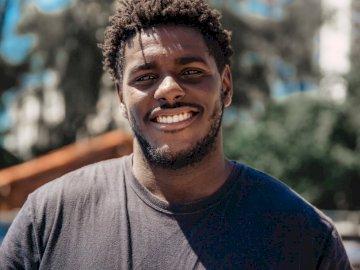 Czarny uśmiech - Selektywna ostrość mężczyzna ono uśmiecha się podczas dnia. Brazylia.