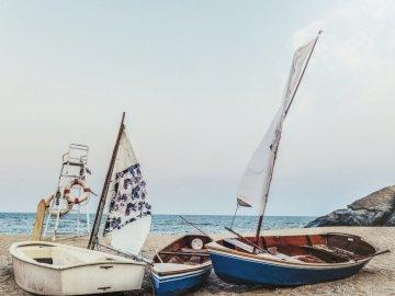 Żaglówki na plaży - Cudowne miejsce, żaglówki na plaży.