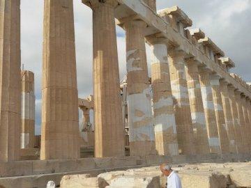 Partenon Ateny - Partenon w Atenach na Akropolu, świątynia poświęcona greckiej bogini Atenie. (widok z boku).