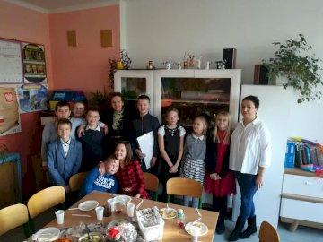 Vigilia di Natale a scuola - Incontro scolastico della vigilia di Natale 2019. Un gruppo di persone sedute a un tavolo.