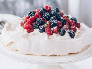 Merengue con fruta - Delicioso merengue de frutas con crema batida :) ¿Tienes hambre?. Un plato blanco cubierto con un p