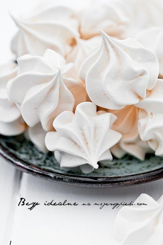 Νόστιμο νόστιμο - Νόστιμη μαρέγκα :) :) :) :). Ένα κομμάτι κέικ σε ένα χάρτινο πιάτο (9×7)