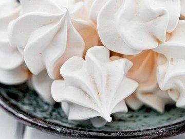 Delicious delicious - Delicious meringue :) :) :) :). A piece of cake on a paper plate.