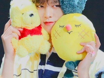 Sweet Ravn from Oneus - One boy from the Korean band Oneus - Ravn. A person holding a stuffed animal.