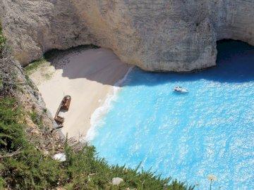 Zakyntos - Playa en la isla de Zakyntos. A cerca de una gran roca en una piscina de agua.