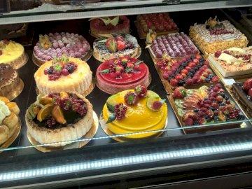 Pasteles de colores - tortas, pasteles, pasteles ... Una tienda llena de muchos tipos diferentes de alimentos.
