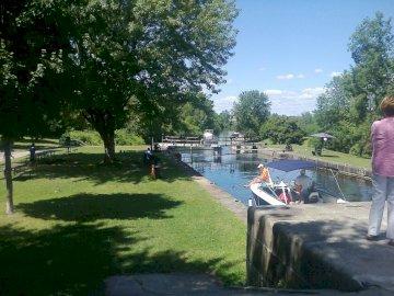 KANAŁ RIDEAU - PICTURESQUE CANAL W OTTAWIE. Grupa ludzi w parku.