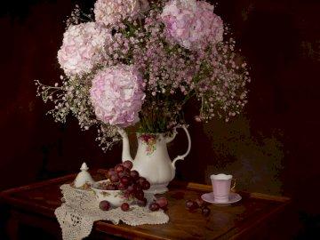 Bukiet kwiatów - bukiet kwiatów na stoliku. Wazon z kwiatami na stole.