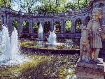 фонтан - фонтан в руини на сгради. Мост над водно тяло.