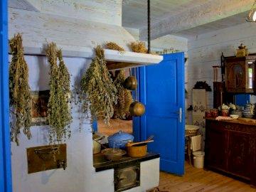 Museu ao ar livre em Sanok - como foi a vida antes ----------------------. Uma sala cheia de móveis e uma casa.