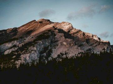 Tomado en Banff, AB, Canadá. - Montaña gris y marrón. Regina, SK. A cerca de una montaña de roca.